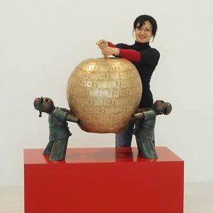 """Die Künstlerin Jiang Shuo präsentiert das mit ihrem Gatten Wu Shaxoiang gefertigte Einzelstück """"Fruits of Paradise"""". Diese..."""