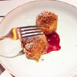 #zwetschgenknödel #knödel #dumpling #travel #travelblogger #travelling #travelgram #instafood #foodporn #foodblogger #foodphotography #gourmet #comfortfood #austria #classic #classicfood #pastryart...