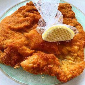 Schnitzel-Time 😋 #vienna #wienerschnitzel #meiereiimstadtpark #sblauechleid @olamprecht @staehelip @louis_roduner Meierei im Stadtpark