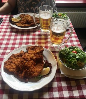 Schnitzel party  #vienne #wien #terroir #austria #anniversaire #anniversairesurprise #europe  #travel #foodporn #food #foodstagram Wiener Wiazhaus
