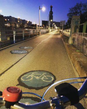 Wir radeln Richtig Dämmerung und wünschen euch ein schönes Wochenende! #fahrradwien #igersvienna #wienliebe 😊🚲 Spittelau