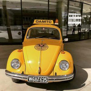 Der VW Golf und VW Käfer machen sich gut vor unserer ÖAMTC Zentrale in Wien 💛 ....