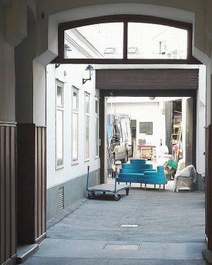 Hofmobilie #wien#vienna#austria#österreich#neubau #sofa#dailydesign#igersvienna#igersaustria #seeninwien#wienmalanders#meinwien #wienliebe#wien_love#streetsofvienna #wienerecken#vienna_austria #color_me_turquoise_please#wieneralltag #wiennurduallein#wiendubistsoschön