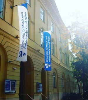 Sunny morning in Vienna! Habt ihr schon unsere schönen neuen Fahnen an der Uni gesehen?! ❤️🌞😎 Universität...