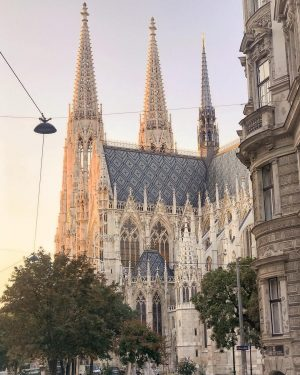 What a splendid view on Votiv Church. Have a great week! 💒😊 by @abieshomes #viennanow Votivkirche