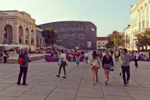 when october feels like september... #wien #vienna #mq #october #museumsquartier #mumok #kunsthalle #streetphotography #wassntag #summerinoctober #kurzehosen #passingby...