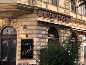 가기 전에 영업시간 확인해보니 오늘 휴무....ㅎㅎ;;아쉬운대로 제시와 셀린이 손전화로 마음확인하던 카페가 가까워서 오픈시간 기다리고 있ㄷㅏ..#beforesunrise