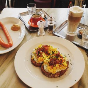 Breakfast at @cafe_diglas makes everything better. ❤️ Enjoy true #wien spirit in old fashioned cafe like a...