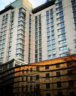 Hilton Wien Landstraße, in dem sich der Altbau gegenüber spiegelt, der das Licht der untergehenden Sonne reflektiert...