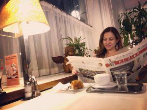 В Вене просто хочется переходить из одного кафе в другое и по-очереди заказывать то шницель, то штрудель...