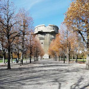 #flakturm. Obří věže sloužící jako obrana i ochrana. Ukázka nazi architektury. Spodní část ...