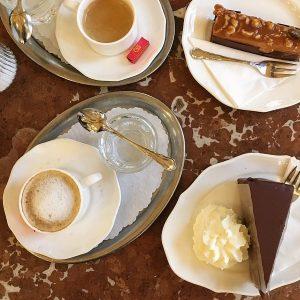 Piti jonottaa et päästiin kahvilaan mut ei ees haitannu kun kakut näytti tältä, tarjoilijat oli puku päällä ja pianisti soitti vieressä😍 Tällaista Suomeen myös kiitos 😅 #wien #sachertorte