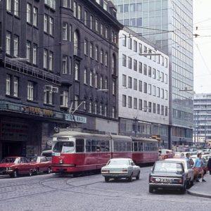Ihr habt es so gewollt und den 2. Bezirk an die Spitze gewählt! Hier ein Bild aus der Taborstraße aus dem Jahr 1972 mit dem ehemaligen Tabor-Kino. Dieses fasste ca. 1000 Sitzplätze und war eines von Wiens größten Kinos. Schlussendlich musste das Kino 1996 schließen, stattdessen befindet sich nun hier ein Supermarkt. Das zum Donaukanal hin abschließende Gebäude existiert auch nicht mehr, stattdessen befindet sich nun hier das Sofitel Vienna. Altes Foto: Kurt Rasmussen, Wikimedia Commons.  #wien #vienna #zeitensprünge #austria #österreich #welovevienna #vienna_austria #igersaustria #igersvienna #viennanow #tourism #beautiful #discoveraustria #wien_love #wonderlustvienna #planetdiscovery #lovelyvienna #beautifulvienna #ilovevienna #theprettycity #letsgotovienna #vienna_go #viennagoforit #meinbunteswien #viennacity #polditown #leopoldstadt #taborstrasse SO/ VIENNA