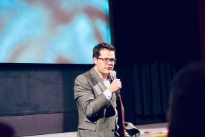 """Jürgen Czernohorszky @czernohorszky eröffnet das Festival, """"das im Zeichen des orangen hochflorigen Polyesters steht."""" 🧡 Als Wiener..."""