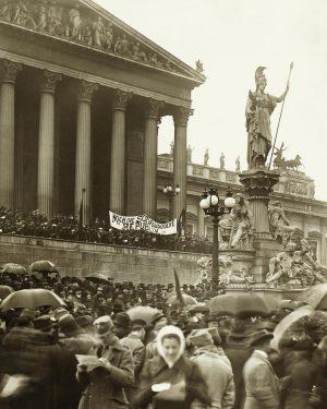 Wien, 12. November 1918: Hunderttausende waren auf die Wiener Ringstraße gekommen, um das Ende der Habsburger Monarchie...