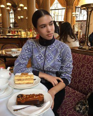 What am I thinking?? #nomakeup #natural #igersvienna #foodie #cakes #dessert #breakfast #turtleneck #austrianblogger #lifestyleblogger #newfacemodel #wlyg #igersaustria #austrianmodel