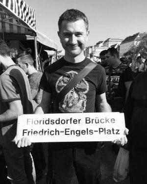 it's a sign. #sign #tram #friedrichengelsplatz #floridsdorferbrücke #om #wien #flohmarkt #naschmarkt #naschmarktvienna #fundstück Flohmarkt am Naschmarkt