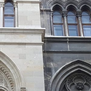 Hier grenzt der renovierte an den untenovierten Teil des Innenhofs vom Wiener Rathaus. ...