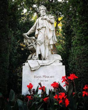 Herbst im Stadtpark . Der Maler Hans Makart, der nur 44 Jahre alt wurde. . . . . . . #vienna #autumn #stadtpark #autumncolors #colorful #nature #gardensofvienna #beautifulvienna #1000thingsinvienna #meinbunteswien #neverstopexploring #viennalove #viennaimpressions #viennamood #discovervienna #wienstagram #stadtwien #visitvienna #wienliebe #vienna_online #welovevienna #igersvienna #igersaustria #HuaweiP20pro