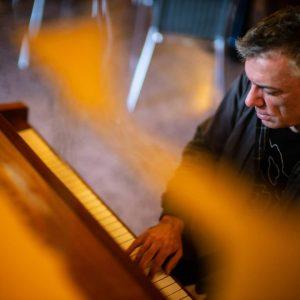 Ab heute spielt Marino Formenti in verschiedenen Wiener Kaffeehäusern John Cage. Der Start ...