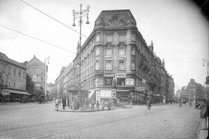 Blick in die Alser Straße stadtauswärts im Jahr 1930, links vom abgebildeten Haus zweigt die Skodagasse ab....