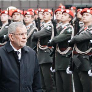 🇦🇹 Der Nationalfeiertag beginnt. _________ #oesterreich #bundespräsident #vanderbellen #heldenplatz #100jahrerepublik #oe100 Heldenplatz