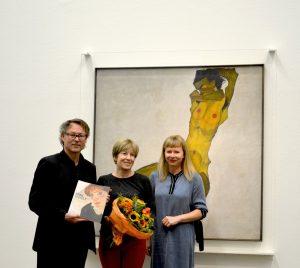 #EgonSchiele. Die Jubiläumsschau begrüßte heute die 450.000 Besucherin! 🎉 Sylvie aus Paris wurde von Direktor Hans-Peter Wipplinger und Kuratorin Verena Gamper mit einem Blumenstrauß begrüßt, um die erfolgreichste Ausstellung in der Geschichte des #LeopoldMuseum zu feiern. 👏