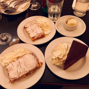 So, Schnitzel is drin, und jetzt noch a kleine Nachspeise 🍮 😋 Danke. Bitte. Food Photography from...