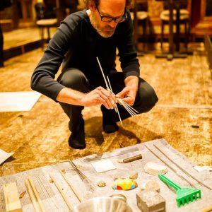 Tim Schomacker sortierz die Objekte, mit denen er den ImprovisierSchrank aka schirches Küchenkastl ...