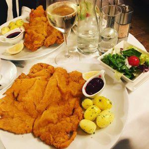 Weiner schnitzel and weib gesprirzt! Veal schnitzel and wine spritzer. I ❤️🇦🇹 #vienna #wein #austria #cafelandtmann