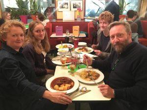 25.10.2018: Neil Dudgeon alias Inspector Barnaby mit Familie beim Abendessen im Café Korb.