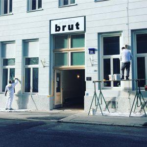 Das wunderschöne STUDIO BRUT bekommt die letzten Anstriche. Wer war schon dort? ✨ #brut #weiß #white #whitebuilding...