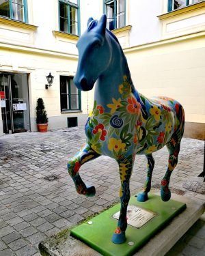 Innenhof, buntes Pferd 💕 #wow #wonderful #love #austria #wonderfulday #dreams #horse #vienna #wien ...