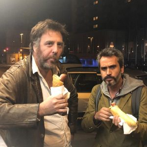 Momento histórico. Mariano Llinas y Mariano Donoso degustando el mejor pancho de Viena. #BAP #viennale