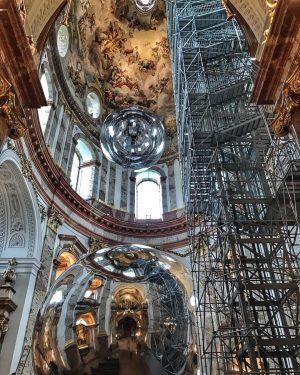 Aerocene at Karlskirche #contemporaryart #giantspheres #studiotomassaraceno #TomasSaraceno #floatingsculptures @studiotomassaraceno Karlskirche