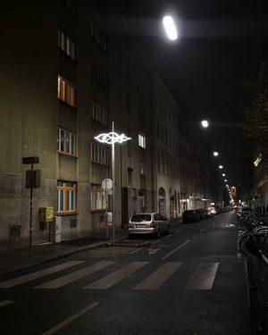 Als Erinnerung an die Synagogen sind in Wien nun Lichtskulpturen von Lukas Maria Kaufmann zu sehen. Diese...