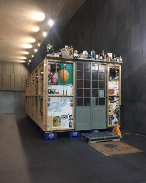 Il Cafe Hansi di Hans Schabus è un'opera d'arte indipendente e funzionale all'interno dell'architettura del Mumok di...