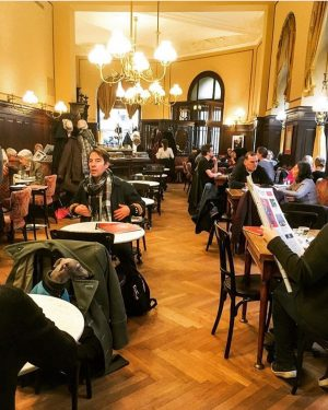 The beautiful crowds of Viennese coffee houses, coming together on cold winter nights. So much charm 💕...