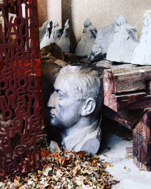 Ins Noarnkastl schauen... gefunden in den #bildhauerateliers #praterateliers #bildhauer #stein #prater #viennacity #art ...