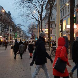 VIENNA/ MAHÜ . . . . . . . . . . #goodeveningvienna #mahü #mariahilfer #1060 @diewienereinkaufsstrassen...