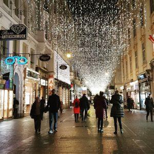 VIENNA/ KOHLMARKT . . . . . . . . . . . . #goodeveningvienna #goodevenigeurope #christmas2018...