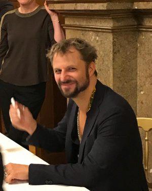 Nach seinem Auftritt im @burgtheater signierte #Schauspieler #PhilippHochmair seine neue #CD #jedermannreloaded. #Elektrohandgottes #Musik #Theater #Autogramm #theatre...