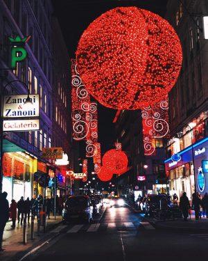 Chinesisches Neujahr oder Weihnachtsdeko in 1010?🌟🌟🌟 #1000thingsinvienna #wonderlustvienna #viennatouristboard #wien #wienliebe #welovevienna #vienna #stadtwien #viennaaustria #viennablogger #rotenturmstrasse...
