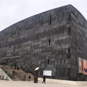 L'edificio in basalto del museo di arte moderna #vienna #mumok #modernart #basaltgrey