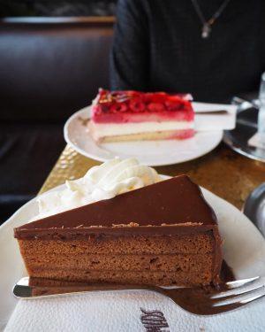 老舗のカフェで遅めの朝食 𖠚ْ ࠬ シンプルなオムレツ美味しかった! 常に満席の店内で、 ウェイターのおじさま達が キビキビ働く姿がかっこいい。 内装も素敵だったのに、写真撮るの忘れた〜 >_< ・ #ウィーン #オーストリア #cafeschwarzenberg #vienna #cafe #cake #美味しかった...