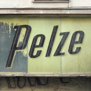 pelze. #pelzmode #pelz #neustiftgasse #neubau #viennacitytypeface #wienmuseum #wienamsonntag #wienliebe #welovevienna #1000thingsinvienna #typography #lettering #doorstagram #leerstand #randschaften #urbex...