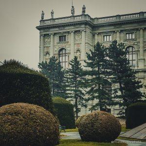 Прекрасная туманная #Вена.@kunsthistorischesmuseumvienna. Продолжим знакомится с художником Люсьеном Фрейдом #lucianfreud (пролистывайте фото). Теперь его мужские портреты. ....