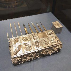 #kunsthistorischesmuseum 盒子上面的小昆虫居然是真的!٩(˃̶͈̀௰˂̶͈́)و