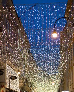 Nicht alles ist gold, was glänzt ✨Trotzdem gehört für uns die Weihnachtsbeleuchtung am Kohlmarkt zu einer der...