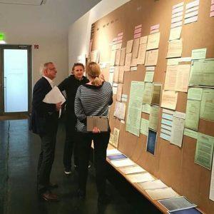 Die Kuratorinnen Monika Platzer und Ingrid Holzschuh im Gespräch mit Univ.-Prof. Oliver Rathkolb, Vorstand des Instituts für...